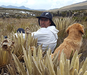 Man and dog sitting in a paramo